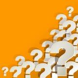 Frågefläckar som är vita i hörnet på en gul bakgrund Arkivbilder