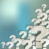 Frågefläckar som är vita i hörnet på en vit på blå bokehbakgrund Royaltyfri Bild