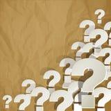 Frågefläckar som är vita i hörnet på en vit på a på skrynklig pappersbruntbakgrund Royaltyfria Foton