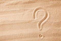Frågefläcken är sand som målas på sand Symbol av valet och tvivel Arkivbilder