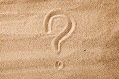 Frågefläcken är sand som målas på sand Symbol av valet och tvivel royaltyfri fotografi