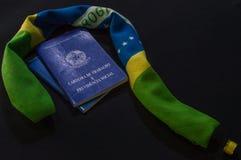 Frågefläcken bildade vid flaggan av Brasilienet och plånboken av arbete, w Fotografering för Bildbyråer
