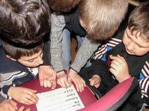 Frågesporthjärna-cirkel i en lantlig skola i den Kaluga regionen i Ryssland Fotografering för Bildbyråer