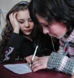Frågesporthjärna-cirkel i en lantlig skola i den Kaluga regionen i Ryssland Royaltyfri Bild