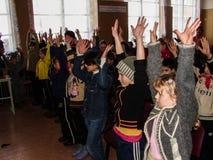 Frågesporthjärna-cirkel i en lantlig skola i den Kaluga regionen i Ryssland Arkivbilder