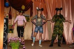 Frågesporthjärna-cirkel i en lantlig skola i den Kaluga regionen i Ryssland Royaltyfri Fotografi