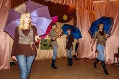 Frågesporthjärna-cirkel i en lantlig skola i den Kaluga regionen i Ryssland Arkivfoto