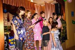 Frågesporthjärna-cirkel i en lantlig skola i den Kaluga regionen i Ryssland Royaltyfria Bilder
