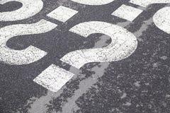 Frågetecken på asfalt Fotografering för Bildbyråer