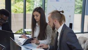 Frågor för diskussion för affärsfolk viktiga av företaget för kontorstabellen i konferensrum Begreppsaffär stock video