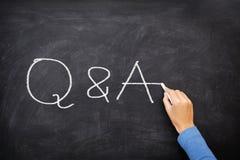 Frågor och svar - q- och a-begreppssvart tavla Arkivbilder