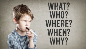 frågor 5W, vad, som, var, när, därför, pojken på grungebackgro arkivbilder