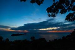FRÅN ÖVER: Livlig solnedgång på den Ko CHang ön i Thailand, April, 2018 - den Paradise blicken i verkligheten - bästa lopp royaltyfria foton