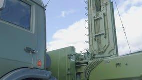 Från botten till den bästa sikten av koordinaten för mobil tre all runda som ser radarsystemet av låga höjder Podlet- K1 stock video
