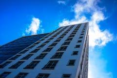 Från botten till den bästa sikten av moderna bostads- skyskrapor på det Copacabana området royaltyfria foton