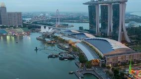 Från dag till Time-schackningsperioden för solnedgång för nattSingapore cityscape Panna upp stock video