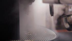 Från den kommande kaffemaskinångan ut arkivfilmer