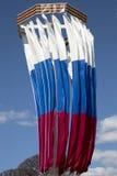 Från den ryska federationen framkallning för nationsflaggor i vinden arkivbild