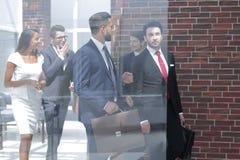 Från exponeringsglaset korridor av den moderna banken royaltyfria foton
