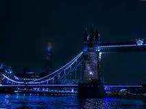Från flodThemsen på natten - London symboler Arkivfoto