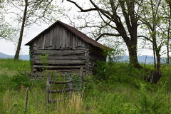 Från gångna tider västra NC-ladugård med majestätiska berg i bakgrunden Royaltyfria Bilder