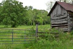 Från gångna tider västra NC-ladugård med porten Arkivfoton