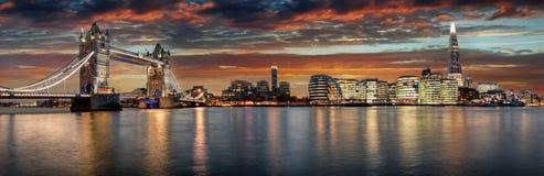 Från tornbron till den London bron under solnedgång arkivfoton