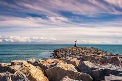 Från vågbrytaren till havet Royaltyfri Fotografi