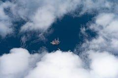 Frånlands- fossila bränslenborranderigg på det djupa havet med tillförselfartyget medan avslutningsgasbrunn fotografering för bildbyråer