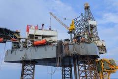 Frånlands- Jack Up Drilling Rig Over produktionplattformen Royaltyfri Fotografi