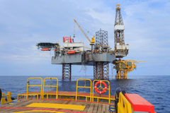 Frånlands- Jack Up Drilling Rig Over produktionplattformen i Th Arkivbilder