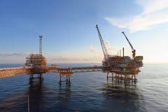 Frånlands- konstruktionsplattform för produktionfossila bränslen, fossila bränslenbransch och hårt arbete, produktionplattform royaltyfri foto