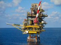 Frånlands- konstruktionsplattform för produktionfossila bränslen, fossila bränslenbransch och hårt arbete, produktionplattform oc arkivbild