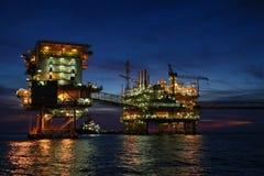 Frånlands- konstruktionsplattform för produktionfossila bränslen, fossila bränslenbransch och hårt arbete, produktionplattform oc Royaltyfria Foton