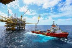 Frånlands- konstruktionsplattform för produktionfossila bränslen, fossila bränslenbransch och hårt arbete, produktionplattform oc arkivfoton