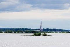 Frånlands- konstruktionsplattform för produktionfossila bränslen Fossila bränslenbransch och hårt arbetebransch Produktionplattfo royaltyfri bild