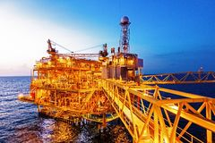 Frånlands- konstruktionsplattform för produktionfossila bränslen med b arkivbild