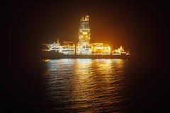 Frånlands- olje- drillship på natten Arkivbild