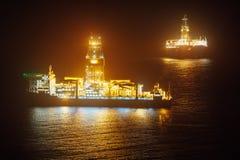 Frånlands- olje- drillship på natten Royaltyfria Bilder