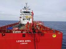 Frånlands- sarawak Malaysia för miri för serviceskyttel sikt från det öppna havet Arkivfoto