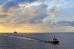 Frånlands- sila upp borranderiggen och leverera fartyget Royaltyfria Bilder