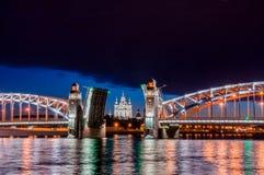 Frånskild bro av kejsaren Peter det stort under viten Nigh Royaltyfria Foton