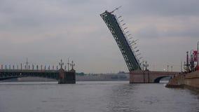 Frånskild Treenighetbro i den Juni skymningen petersburg saint arkivfilmer