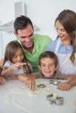 Frère avec de la farine sur la cuisson de nez avec sa famille Images stock