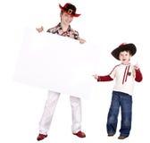 Frère d'enfant dans le chapeau de veille de la toussaint avec le drapeau blanc. Image stock
