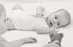 Frère de bébé jouant des jouets avec la soeur Photos libres de droits