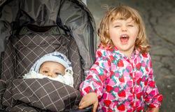 Frère et sa soeur heureuse Photos libres de droits