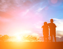 Frère et soeur à encourager Un beau jour, silhouettez concentré Photographie stock libre de droits