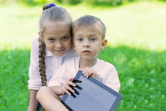 Frère et soeur à l'aide du PC de comprimé Photo libre de droits