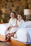 Frère et soeur à la chambre d'hôtel Photographie stock libre de droits